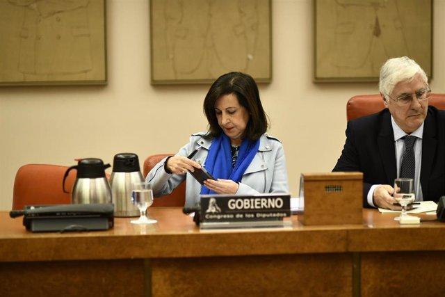 La ministra de Defensa, Margarita Robles y el presidente de la Comisión de Defensa, José María Barreda, a su llegada a la comparecencia.  MARGARITA ROBLES ;