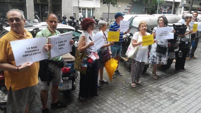 Una desena de manifestants reclamen unitat independentista davant les seus d'ERC i PDeCAT
