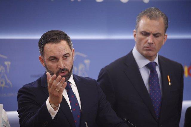 (I-D) El líder de Vox, Santiago Abascal; y el secretario general del partido, Javier Ortega Smith durante una rueda de prensa en el Congreso de los Diputados.