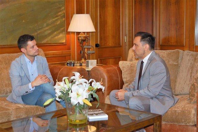 El portavoz del Grupo Parlamentario Socialista, Raúl Díaz, reunido con el presidente de la Cámara riojana, Jesús María García, en la ronda de contactos previos a la investidura