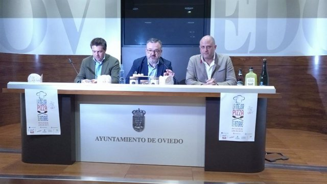 De izquierda a derecha el  presidente de 'Otea, Hostelería y Turismo en Asturias' José Luis Álvarez Almeida; el concejal de Hostelería, Turismo y Congresos del Ayuntamiento de Oviedo, Alfredo García Quintana; y el CEO de 'Fenicia, marketing gourmet', Iván