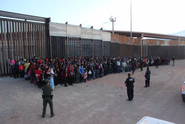 Grupo de más de 1.000 migrantes detenidos por los agentes de Aduanas y Protección de Fronteras de Estados Unidos en la frontera con México
