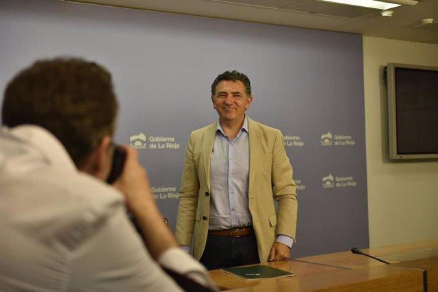 El consejero de Fomento y Política Territorial, Carlos Cuevas, durante la rueda de prensa