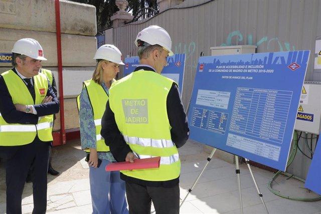 La consejera de Transportes, Vivienda e Infraestructuras en funciones de la Comunidad de Madrid, Rosalía Gonzalo, visita las obras para instalar siete ascensores en la estación de Metro de Tribunal.