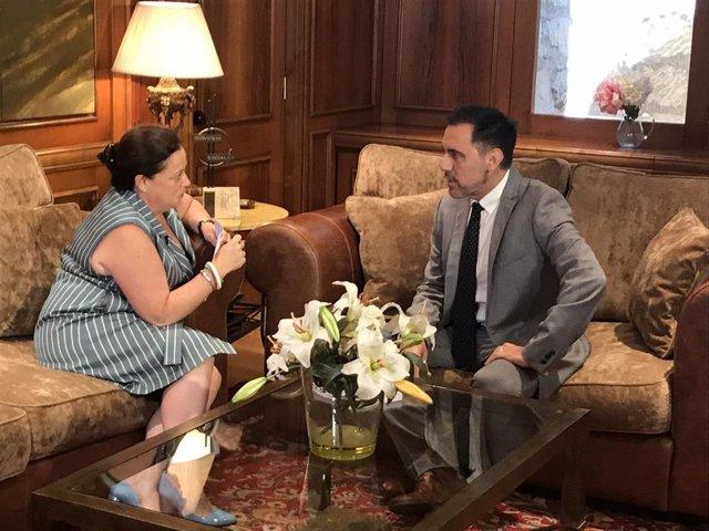 La portavoz del Grupo Parlamentario Mixto, Hemar Moreno, reunida con el presidente del Parlamento riojano, Jesús María García, en la ronda de contactos previa a la investidura