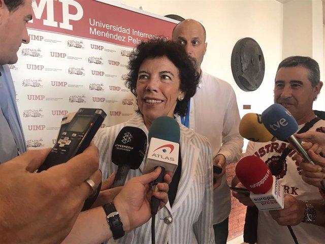 La portavoz del Gobierno y ministra de Educación en funciones, Isabel Celaá, atiende a los medios en la Universidad Internacional Menéndez Pelayo (UIMP)