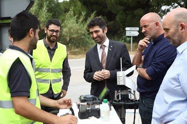 El conseller de Polítiques Digitals i Administració Pública, Jordi Puigneró, ha visitat aquest migdia els obris de desplegament de la xarxa de fibra ptica pública de la Generalitat, a través de Xarxa Oberta de Catalunya, al municipi d?Ullastrell (Vall
