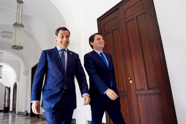 El presidente de la Junta, Juanma Moreno (i)), se reúne con el alcalde de Córdoba, José María Bellido (d)., en el Palacio de San Telmo.