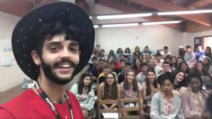Un joven profesor consigue ocultar a sus alumnos que es español gracias a su acento de inglés perfecto