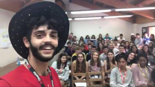 Un joven profesor consigue ocultar a sus alumnos que es español gracias a su ace