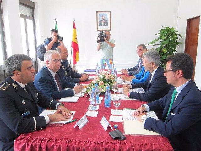 El ministro del Interior en funciones, Fernando Grande-Marlaska, y el ministro de Administración Interna de Portugal, Eduardo Cabrita, durante la reunión mantenida este lunes en Valença (Portugal)