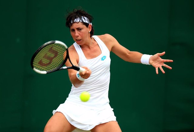 06 July 2019, England, London: Spanish tennis player Carla Suarez Navarro in action against USA's Lauren Davis during their women's singles round of 32 match on day six of the 2019 Wimbledon Grand Slam tennis tournament at the All England Lawn Tennis and