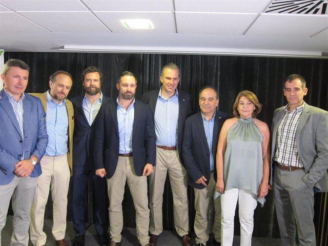 Santiago Abascal junto a su equipo de VOX en rueda de prensa en Murcia