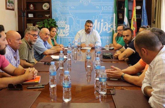 El alcalde de Mijas, Josele González (PSOE), en la reunión de negociación entre el comité de huelga de limpieza y la empresa
