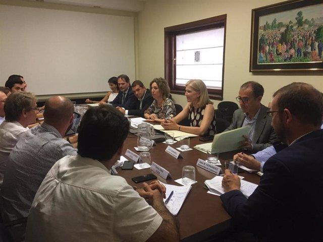 Al centre, la consellera Àngels Chacón i la directora general d'Indústria, Matide Villarroya, aquest dilluns durant la reunió extraordinària de la Comissió Executiva Permanent del Consell Català de l'Empresa