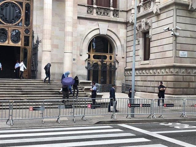 Los acusados de 'la manada de Manresa' salen de la Audiencia entre abucheos