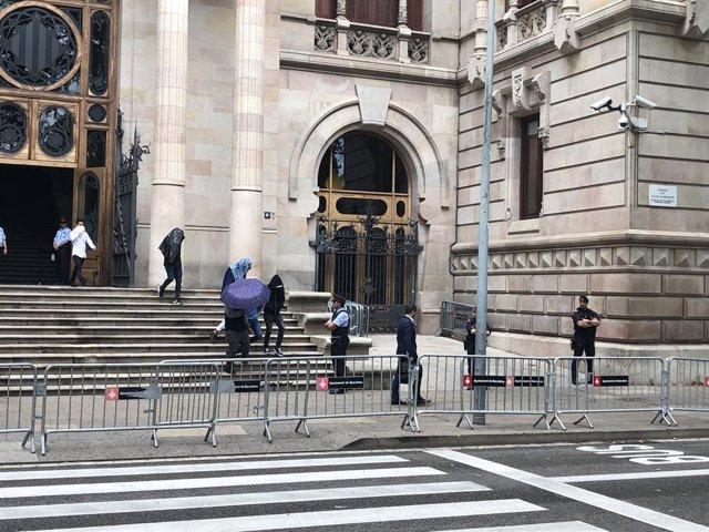 Els acusats de 'la rajada de Manresa' surten de l'Audiència entre esbroncs