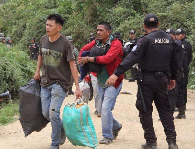 Operativo policial contra la minería ilegal en el poblado de la Merced de Buenos Aires (Ecuador)