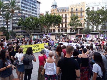 """Una concentración en València muestra su apoyo a la víctima de la manada de Manresa: """"No estás sola"""""""
