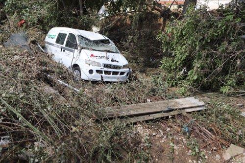 Corriente de agua que corta una carretera en Navarra