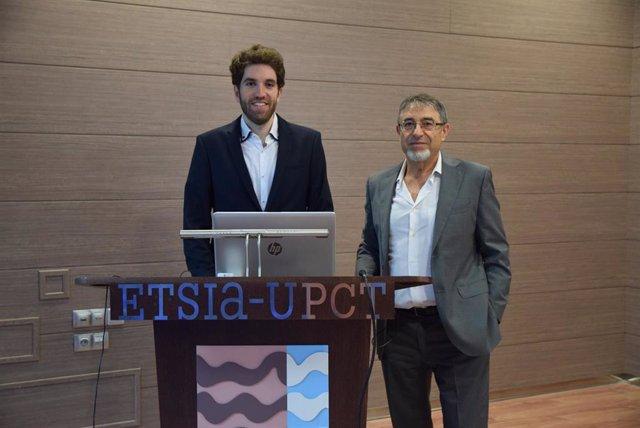 Imagen adjunta de Víctor Blanco con uno de sus directores de tesis, Rafael Domingo, en la Escuela de Agrónomos de la Politécnica de Cartagena.