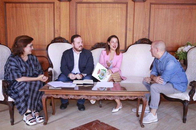 La alcaldesa de Santa Cruz de Tenerife, Patricia Hernández, y el concejal de Fiestas, Andrés Martín, con los diseñadores de la Gala del Carnaval de Santa Cruz de Tenerife 2020, Marco&María