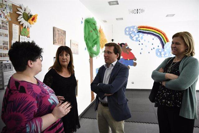 El alcalde de Madrid, José Luis Martínez Almeida, durante su visita al centro de asuntos sociales San Vicente Paúl en campaña electoral.