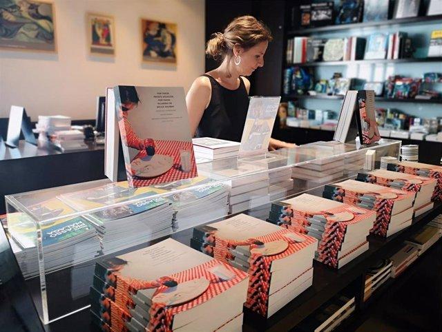 Librería del Museo Picasso Málaga con la obra de Bruce Nauman traducida al español