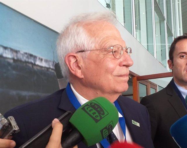 El ministro español de Asuntos Exteriores en funciones, Josep Borrell, atiende a los medios en Palma