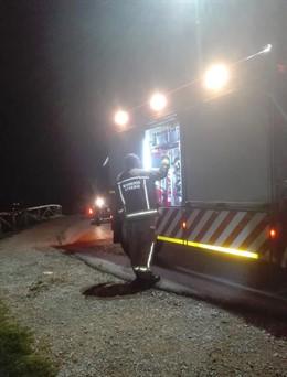 Bomberos de Oviedo rescatan a una mujer que cayó por un desnivel con su coche en el Monte Naranco.