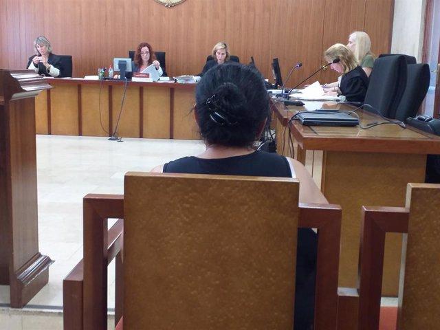 L'acusada d'estafar al segur per un accident de transit, en el juidici  a l'Audiència Provincial.