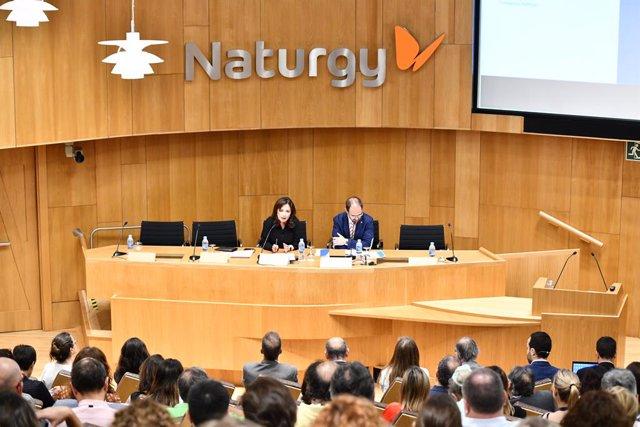 María Eugenia Coronat, directora general de la Fundació Naturgy; i Albert Cirera, vicerector d'Emprenedoria, Transferència i Innovació de la Universitat de Barcelona durant la sessió inaugural.
