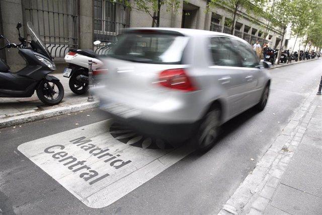 Un coche atraviesa una de las vías que componen Madrid Central.