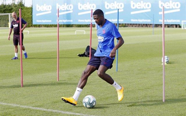 El jugador del FC Barcelona Ousmane Dembélé hace trabajo de recuperación