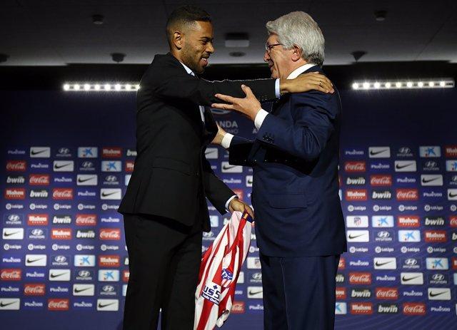 Renan Lodi con el presidente del Atlético de Madrid, Enrique Cerezo