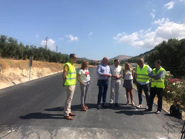 Ruiz y Palomares (centro) visitan las obras de la CO-7213