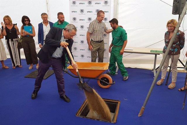 El rector de la Universidad de Málaga, José ángel Narváez, pone la primera piedra del nuevo pabellón de gobierno en la ampliación del campus de Teatinos
