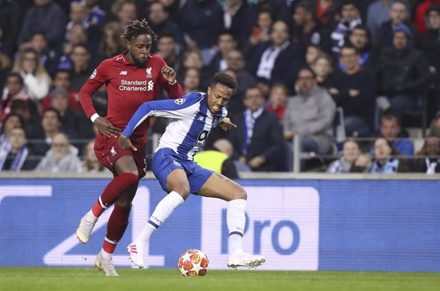 17 April 2019, Portugal, Porto: Porto's Eder MilitAo (R) and Liverpool's Divock Origi battle for the ball during the UEFA Champions League quarter-final second leg soccer match between Liverpool and Porto at the Estadio do Dragao. Photo: Fã¡bio Poão/Atla