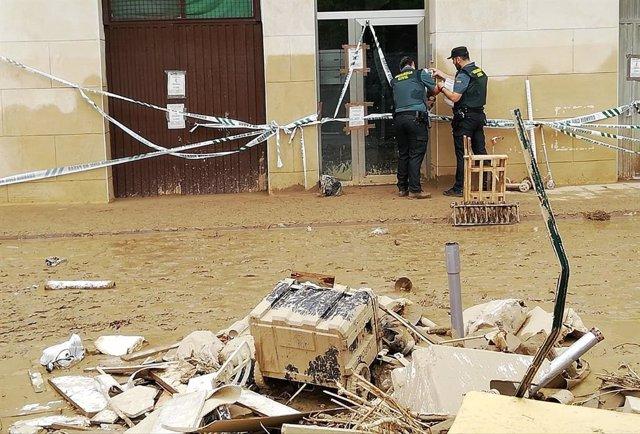 Agentes de la Guardia Civil en el edificio afectado.