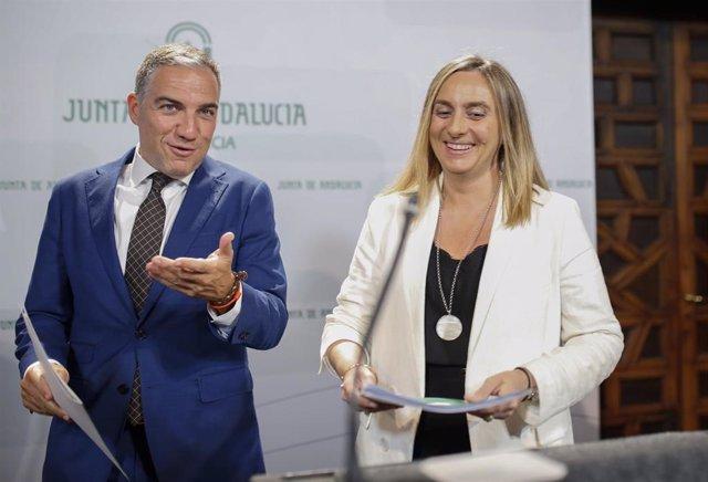 El consejero de la Presidencia, Elías Bendodo (i) y la consejera de Fomento, Marifrán Carazo (d) comparecen en rueda de prensa tras la reunión del Consejo de Gobierno.