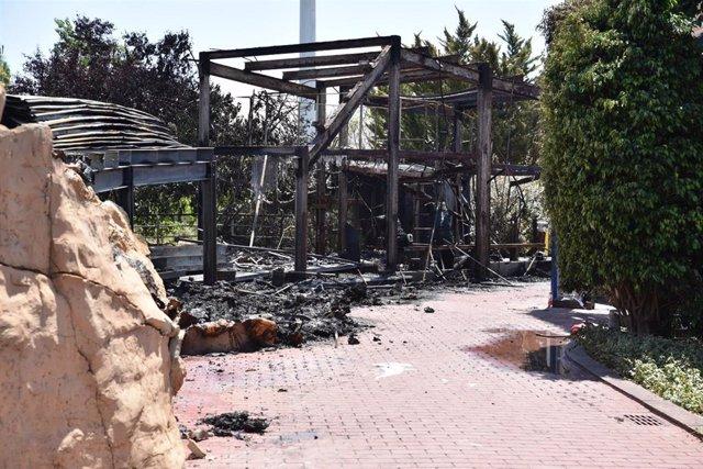 Escombros tras el incendio en una torre del Oceanogràfic que ha obligado a evacuar a los visitantes sin provocar daños en los animales.