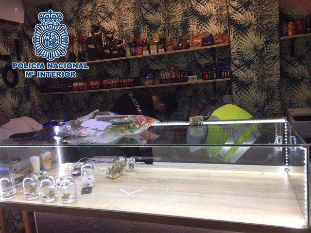 Dos agentes registran el club de cannabis.