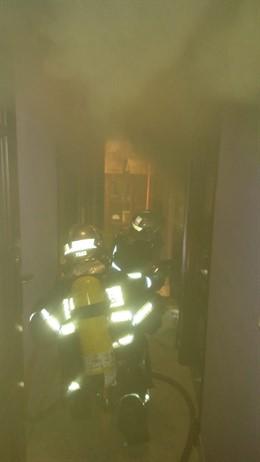 Efectos de bomberos en un incendio en una vivienda en San Fernando