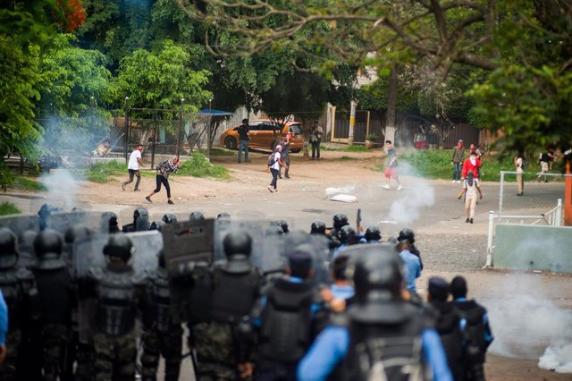 27 June 2019, Honduras, Tegucigalpa: Tear gas is fired by police during a clash with protesters at a demonstration against Honduran President Juan Orlando. Photo: Camilo Freedman/ZUMA Wire/dpa