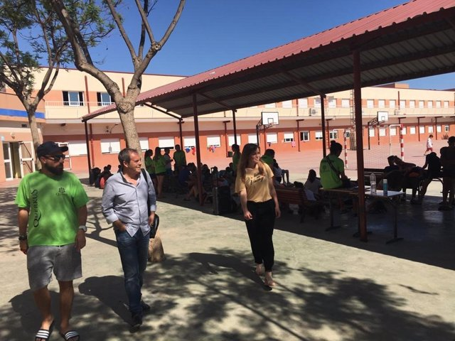 Imagen de la visita de Rebeca Pérez al campamento de verano