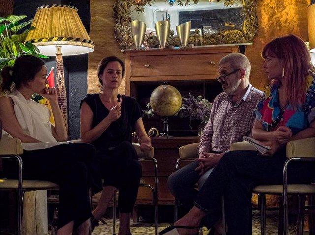 El diseñador Lorenzo Caprile participa en una mesa redonda de moda.