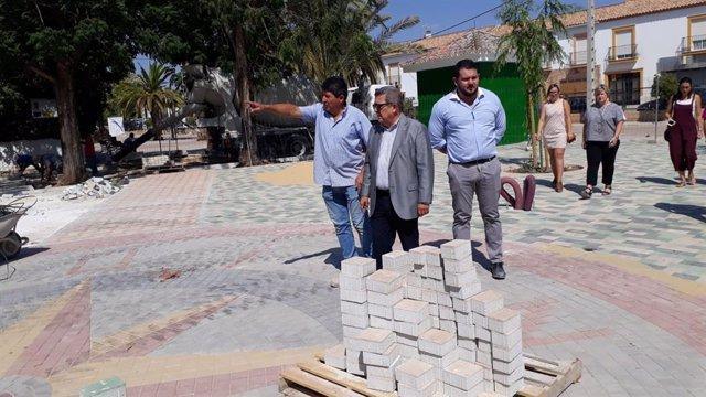 El subdelegado del Gobierno en Sevilla, Carlos toscao, visita unas obras en El Rubio