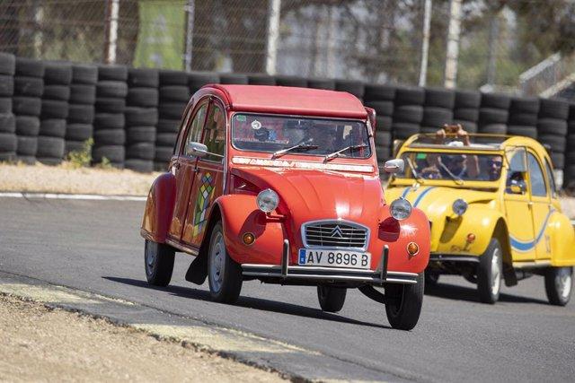 Modelo clásico de Citroën en el 100 aniversario de la marca en el Circuito del Jarama