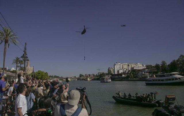 Operativo sobre el agua realizado por efectivos del Ejército de Tierra, Armada, Aire, UME, bomberos de Sevilla y 061. Exhibición por el Día de las Fuerzas Armadas. Desde el Puente de las Delicias hasta el Puente de Isabel II.