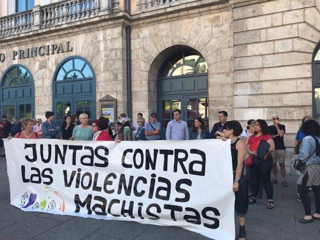 Manifestantes sostienen la pancarta inicial de la concentración en repulsa del crimen de violencia machista de Salas de los Infantes (Burgos).